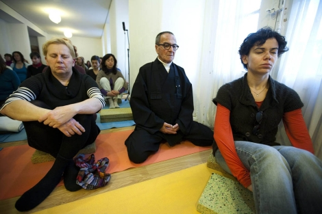 Meditación contra la crisis celebrada en Yogasala de Málaga. | Efe | Jorge Zapata