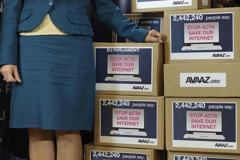 cajas con casi 2,5 millones de firmas contra el ACTA.   Afp