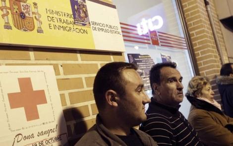 Varias personas en la cola de la oficina de Empleo de Alcalá de Henares. | Antonio Heredia