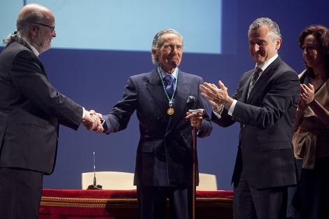 El escritor, saludando tras recibir el III Premio Elio Antonio de Nebrija. | M. Cubero