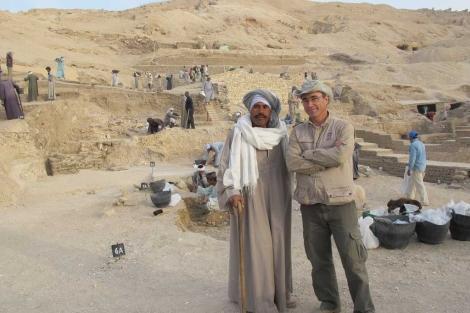 Alí Farouk, el capataz, junto a Galán. Al fondo, la excavación. | R.M.T. VEA MÁS FOTOS