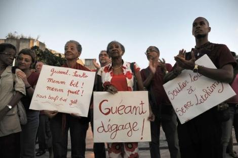 Un grupo de inmigrantes protesta contra la visita del ministro de Interior a Pointe-à-Pitre. | Afp