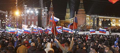Partidarios de Putin, esta noche en las cercanías del Kremlin.   Reuters