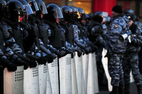 Antidisturbios, preparados para intervenir en Moscú. | Afp