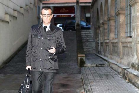 Aguilar a su llegada a los juzgados.   J. Avellà