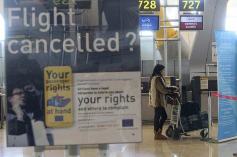 Un cartel sobre los derechos de los viajeros en el aeropuerto de Barajas.   Efe