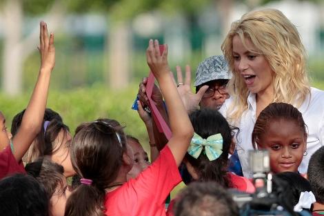 Shakira durante uno de sus trabajos con su fundación Pies Descalzos. | AP