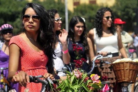 Mujeres en México dieron un paseo en bicicleta con motivo del Día de la Mujer.  Efe/S. Gutiérrez