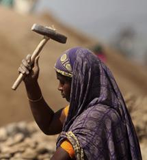 Una mujer trocea piedras en Bangladesh.  Efe/Abir Abdullah