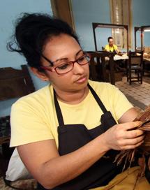 Una mujer selecciona hojas de tabaco en Cuba.  Efe/A. Ernesto