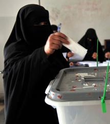 Una mujer yemení vota durante las elecciones de su país.  Efe/Y. Arhab