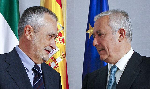 Frente a frente: José Antonio Griñán, cabeza de lista del PSOE, y Javier Arenas, del PP.