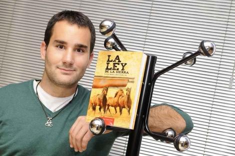Víctor Martín Molina posa junto a su novela 'La Ley de la Sierra'. | N. Alcalá