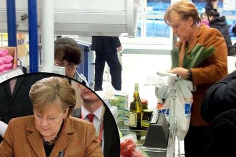 Angela Merkel paga su compra en un supermercado berlinés.   BILD ZEITUNG