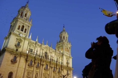 Turisas fotografiando la Catedral de Jaén. | Manuel Cuevas