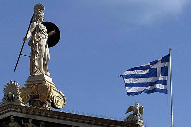 La bandera griega en el edificio de la Academia de Atenas.   Efe