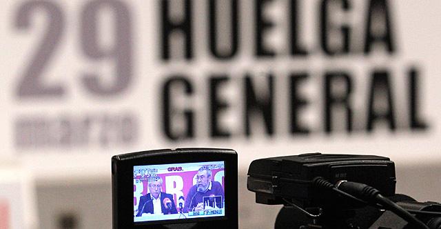 Toxo (i) y Méndez, durante el anuncio de la convocatoria de una huelga general el 29-M. | Efe