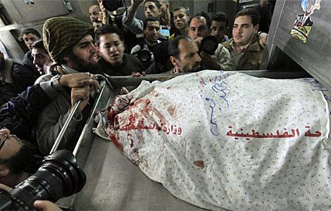 El cadáver de Qaisi, en la morgue del hospital Al Shifa.| Efe