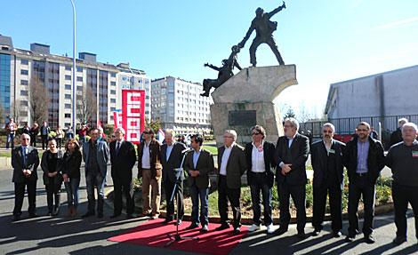 El alcalde, los sindicatos y las autoridades que asistieron al homenaje, ante la estatua. | R. S.