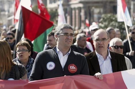 Francisco Jorquera y Carlos Aymerich, en la protesta en A Coruña. | Efe