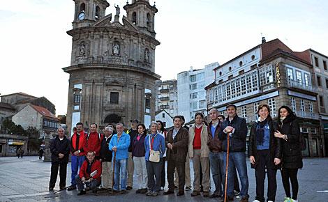 Autoridades que hicieron el camino, ante la Iglesia de la Peregrina, punto de partida. | Diputación