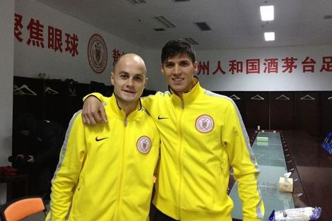 Nano y Rafa Jordá posan con el chándal del Guizhou Rehne | E.M.