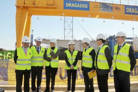 Foto de familia de la visita de inspección a las obras del segundo puente de Cádiz.   Cata Zambrano