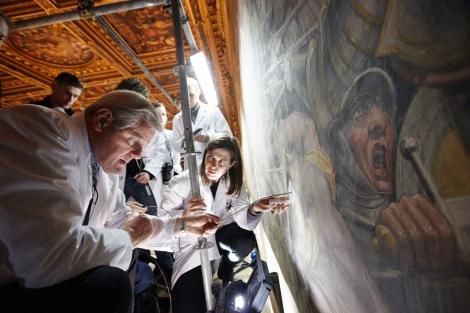Investigadores observan con una sonda qué hay tras el fresco de Vasari.  AFP/N. Geographic