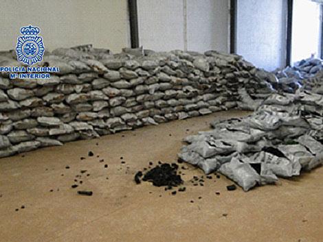 Los sacos de carbón donde se ocultaba la droga.   Policía Nacional