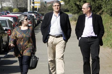 Ana Bouza, Carlos Aymerich y Francisco Jorquera, cerca de la sede del BNG este lunes. | Efe