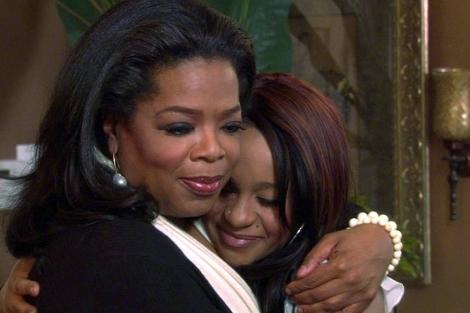 Oprah abraza a la hija de Houston antes de comenzar la entrevista. | Reuters