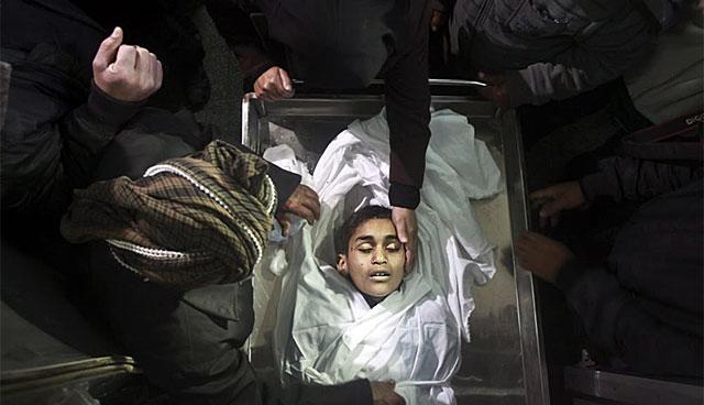 El cadáver de uno de los niños muertos en los ataques isrelíes en la Franja de Gaza. | Efe