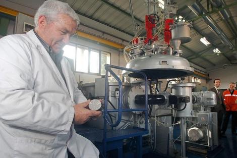 Un investigador comprueba el estado de una pieza tratada con nanopartículas | Justy García