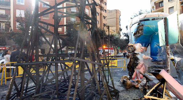 Estado en el que ha quedado la falla quemada. | Efe