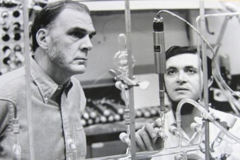 Sherwood Rowland, a la izquierda, junto a Mario Molina, su ayudante, en la época en la que estudiaron el agujero de ozono. Ambos ganaron el Nobel por ello.   Universidad de California Irvine