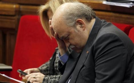 Mas-Colell, junto a Joana Ortega, en la sesión del Parlament.   Domènec Umbert