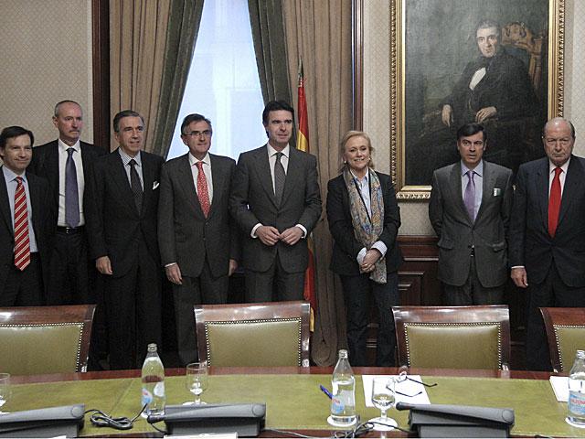 Mercedes Fernández junto con José Manuel Soria y los representantes de las empresas.   Efe / J.Martín