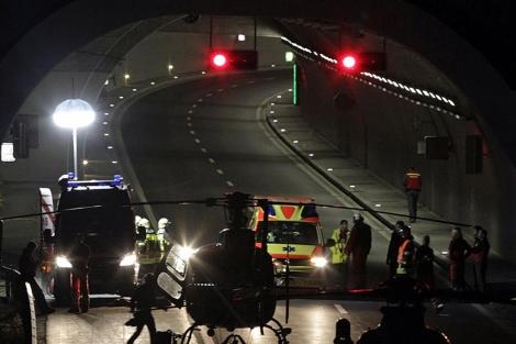 El tunel donde se produjo el accidente cortado por los servisios de Emergencia. | Reuters
