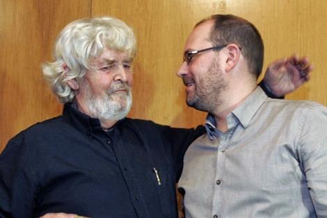 Xosé Manuel Beiras y Martiño Noriega se abrazan en la asamblea de los Irmandiños. | Efe
