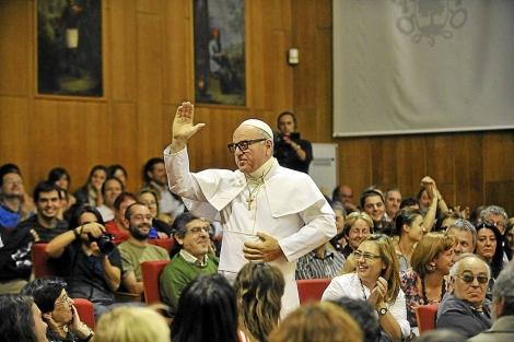 El humorista Leo Bassi disfrazado del Papa durante su parodia en la UVA. | J. González