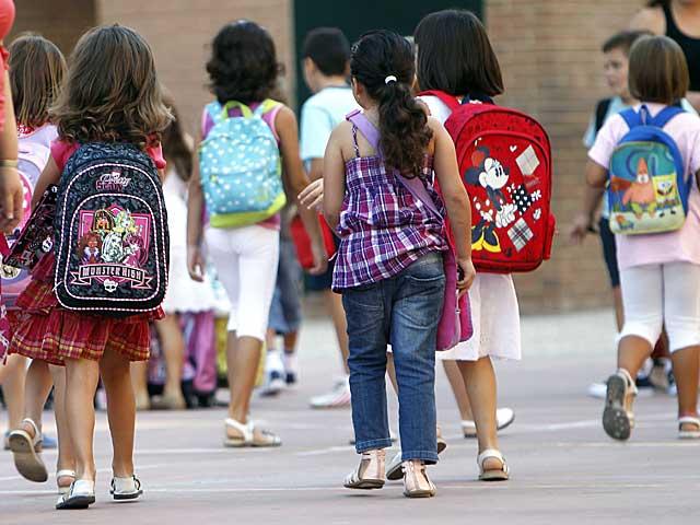 Un grupo de alumnos se dirige hacia su centro educativo. | E.M.