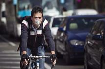 Un ciclista en Madrid. | Efe