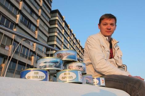 Sergei Protas junto a algunas de las latas que comercializa. | Leslie Hevesi