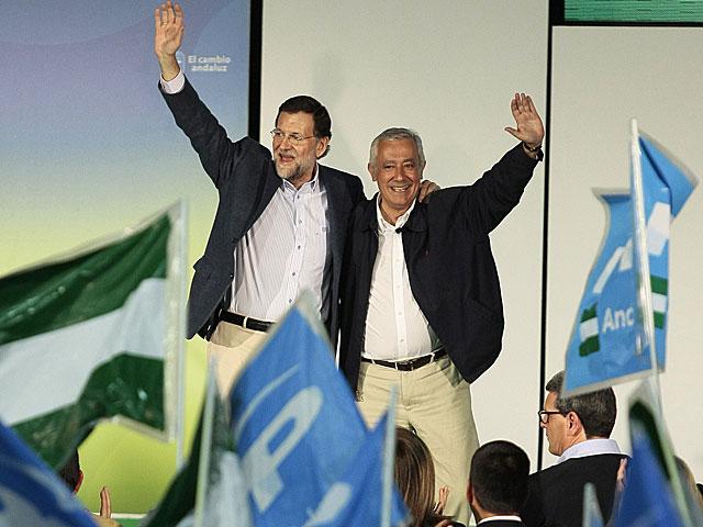 Rajoy Arenas saludan a los simpatizantes durante el mitin de Cádiz. | Tarek / Efe