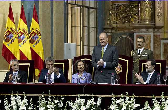 El Rey saluda tras su intervención en la clausura de la conmemoración del Bicentenario. | Efe