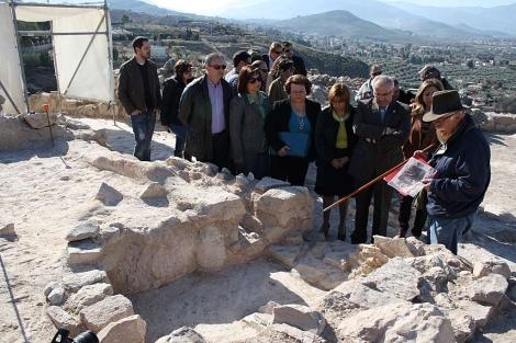 Los expertos explican el hallazgo arqueológico. | Manuel Cuevas