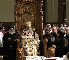 El cadáver del Papa Shenuda III, en la silla de San Marcos (El Cairo).   Afp