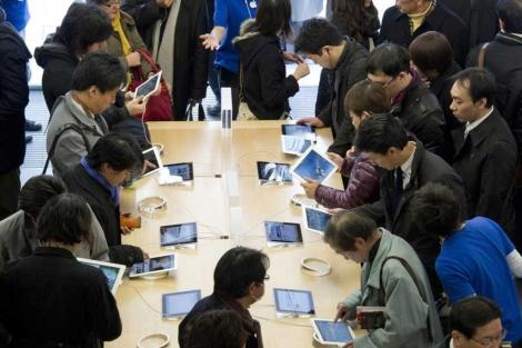 Los clientes prueban el nuevo iPad en Hong Kong.| Afp