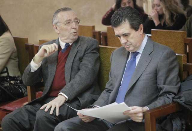 Antonio Alemany y Jaume Matas en el banquillo durante la celebración del juicio en Palma.   Pep Vicens