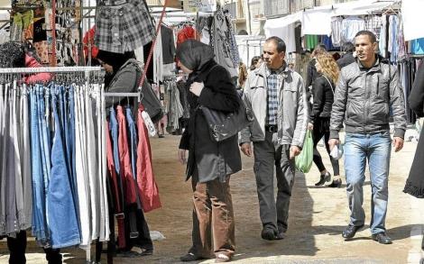 Inmigrantes en el mercado de Vic. | Marta Pich
